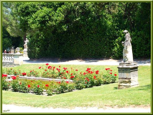 Le jardin en façade du château et bassin avec statue