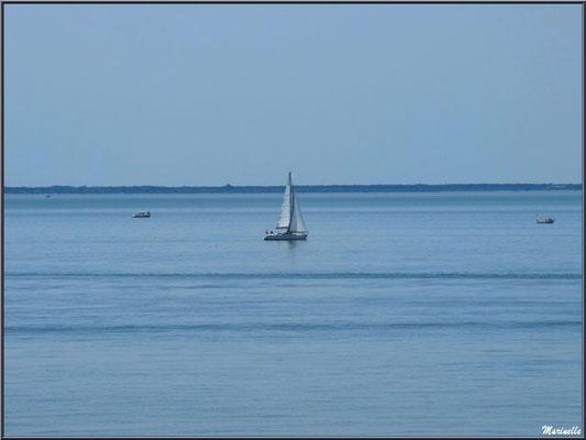 Voilier et bateaux sur La Gironde à Talmont-sur-Gironde (Charente-Maritime)
