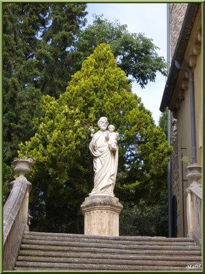 Statue de Saint Joseph en haut des escaliers
