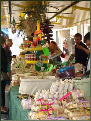 Marché de Provence, mardi matin à Vaison-la-Romaine, Haut Vaucluse (84), étal de produits régionaux