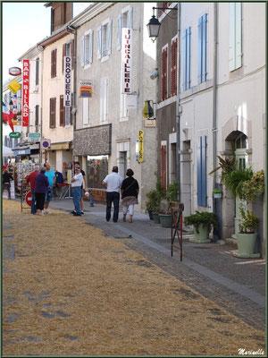 Toutes les rues du village sont paillées pour la Fête au Fromage, Hera deu Hromatge, à Laruns en Vallée d'Ossau (64)