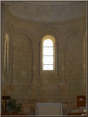 Nef et autel central de l'église Sainte Radegonde de Talmont-sur-Gironde (Charente-Maritime)