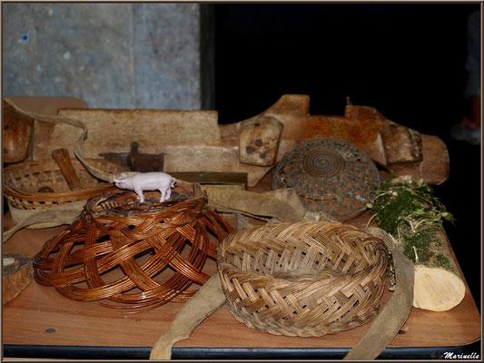 Exposition objets ou matériel ancien, sous la halle municipale, Fête au Fromage, Hera deu Hromatge, à Laruns en Vallée d'Ossau (64)