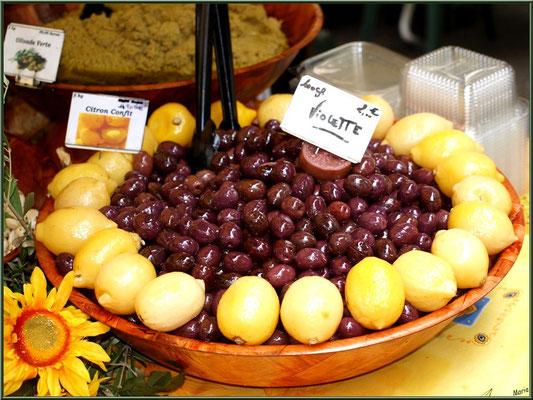 Marché de Provence, mardi matin à Vaison-la-Romaine, Haut Vaucluse (84), étal d'olives, tapenades, citrons confits