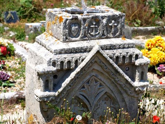 Le cimetière marin ou ancien cimetière à Talmont-sur-Gironde (Charente-Maritime) : très vieux tombeau