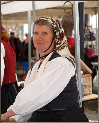 Mon amie, Annick Arripe, Ossaloise vendant le fromage pur brebis de Christian, son berger de mari, à la Fête au Fromage, Hera deu Hromatge, à Laruns en Vallée d'Ossau (64)