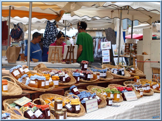 Marché de Provence, mardi matin à Gordes, Lubéron (84), étal de confitures et miel