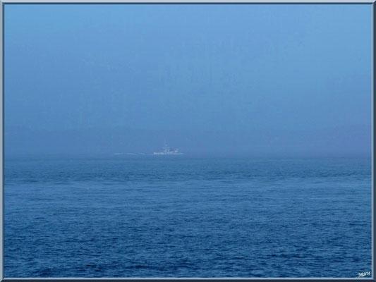 Bateau en vue dans la brume depuis la jetée du Moulleau à Arcachon
