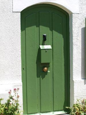 Porte verte dans une ruelle à Talmont-sur-Gironde (Charente-Maritime)