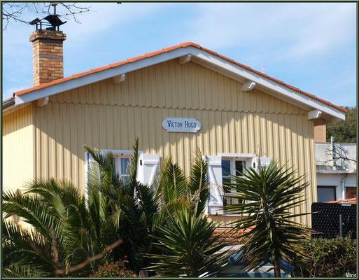 """Maison """"Victor Hugo"""" typique en bois sur le port ostréicole du Cap Ferret"""