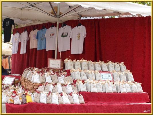 Marché de Provence, mardi matin à Gordes, Lubéron (84), étal de lavandières