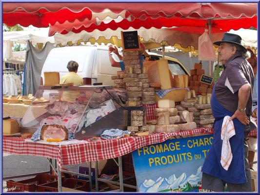 Marché de Provence, mardi matin à Gordes, Lubéron (84), marchand de fromages et charcuterie