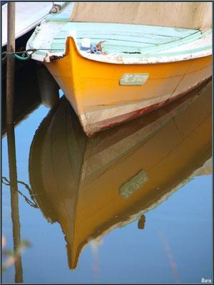 Proue de pinasse à quai et reflets au port ostréicole de La Teste de Buch (Bassin d'Arcachon)