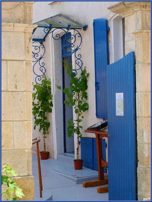 Bar à vin au détour d'une ruelle à Talmont-sur-Gironde (Charente-Maritime)