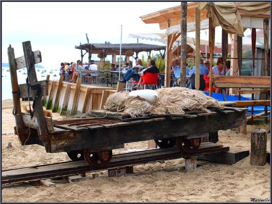 Filet de pêche, corps mort sur une brouette (appelée wagonne en langage local) en bordure de plage et d'une dégustation d'huîtres, Village de L'Herbe, Bassin d'Arcachon (33)