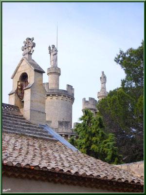 Clocheton et tourelles vue depuis le portail d'entrée