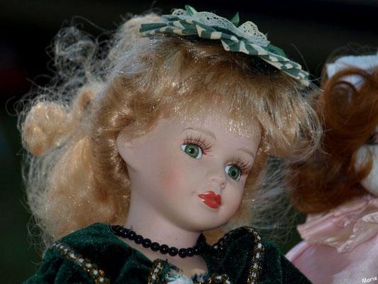 Poupée blonde aux yeux verts