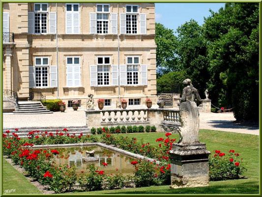 Façade du château, le jardin et son bassin avec statue