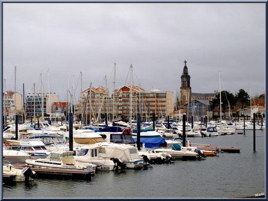 """Arcachon, """"Ville d'Automne"""", le port plaisance et le clocher de l'église Saint Ferdinand à l'horizon"""