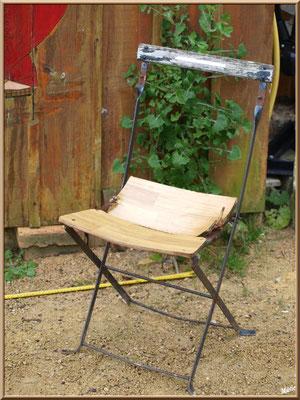 Chaise rustique au boulodrome, village de L'Herbe, Bassin d'Arcachon (33)