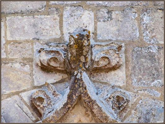 L'église Sainte Radegonde à Talmont-sur-Gironde : sculpture en haut du portail de la porte côté (Charente-Maritime)