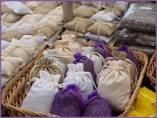 Marché de Provence, mardi matin à Vaison-la-Romaine, Haut Vaucluse (84), étal de lavandières