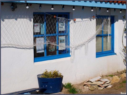 Cabane bleue au filet de pêche au port ostréicole d'Andernos-les-Bains (Bassin d'Arcachon)