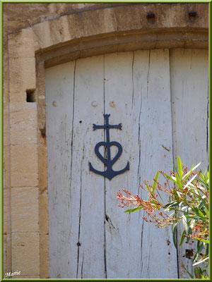 Porte des écuries avec la croix Camarguaise