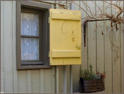 Petite fenêtre au volet jaune, village de L'Herbe, Bassin d'Arcachon (33)