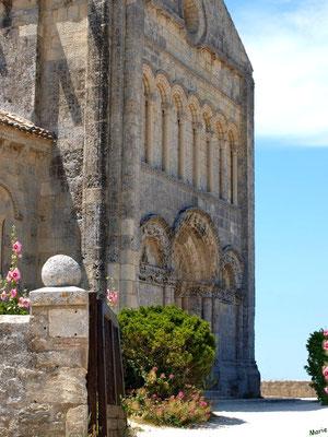 L'église Sainte Radegonde à Talmont-sur-Gironde en sortant du cimetière marin (Charente-Maritime)