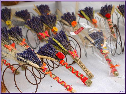 Marché de Provence, lundi matin à Bédoin, Haut Vaucluse (84), étal petits bouquets de lavande