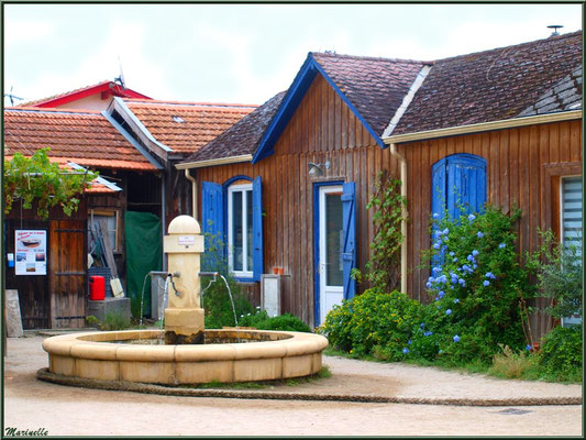 Place du village et sa fontaine, Village de L'Herbe, Bassin d'Arcachon (33)