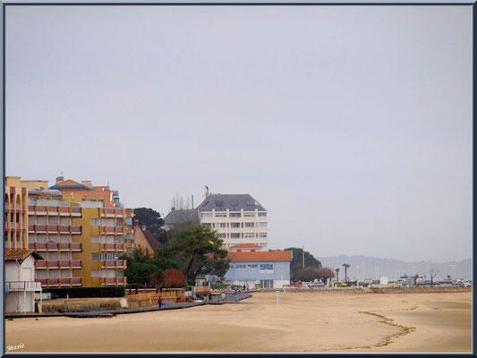 """Arcachon, """"Ville d'Automne"""", la plage, le front de mer et sa promenade vus depuis le port de plaisance"""