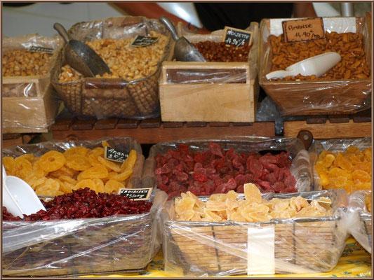 Marché de Provence, mardi matin à Vaison-la-Romaine, Haut Vaucluse (84), étal de fruits confits