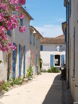 Ruelle et maisons à Talmont-sur-Gironde (Charente-Maritime)