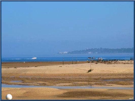 """""""Le Mimbeau"""" à marée basse et dans la brume, Arcachon à l'horizon  (Cap Ferret)"""