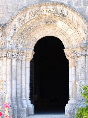 L'église Sainte Radegonde à Talmont-sur-Gironde : porte d'entrée côté cimetière (Charente-Maritime)