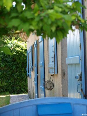 Maison aux volets bleus et panier à salade à Talmont-sur-Gironde (Charente-Maritime)