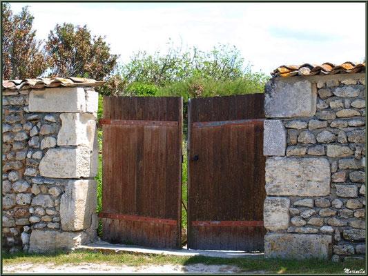 Vieux portail au détour d'une ruelle à Talmont-sur-Gironde (Charente-Maritime)