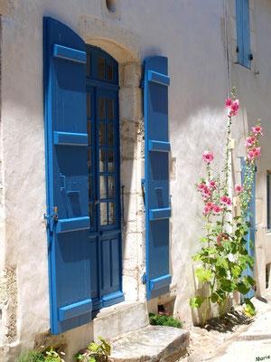 Porte aux volets bleus et valérianes à Talmont-sur-Gironde (Charente-Maritime)
