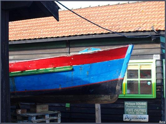 Proue de bateau, en cale sèche, entre des cabanes au port ostréicole de La Teste de Buch (Bassin d'Arcachon)