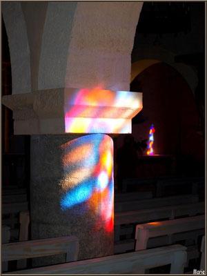 Eglise Saint-Eloi, reflets des vitraux sur une des colonnes et l'autel en fond, Andernos-les-Bains (Bassin d'Arcachon)