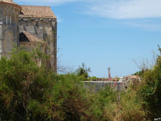 L'église Sainte Radegonde à Talmont-sur-Gironde et le cimetière marin vus depuis la Promenade des Remparts (Charente-Maritime)