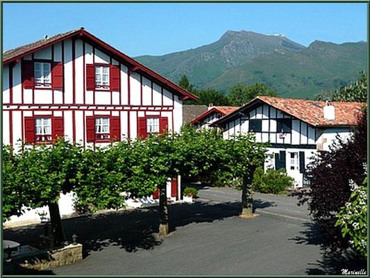 Maisons basques, place ombragée et La Rhune en toile de fond à Sare (Pays Basque français)