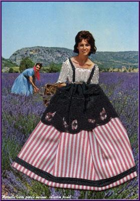 Cueilleuse de lavande (carte postale ancienne tissu et broderie, collection privée)