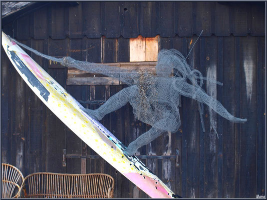 Déco joie de la glisse devant une cabane au port ostréicole de La Teste de Buch (Bassin d'Arcachon)