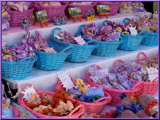 Marché de Provence, lundi matin à Bédoin, Haut Vaucluse (84), étal de lavandières