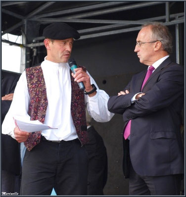Monsieur le Maire de Laruns, Robert Casadebaig, à l'écoute d'un des organisateurs, Fête au Fromage, Hera deu Hromatge, à Laruns en Vallée d'Ossau (64)