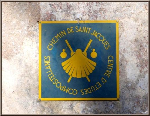 Eglise St Michel du Vieux Lugo à Lugos (Gironde) : blason Chemin de St Jacques de Compostelle à l'extérieur près de la porte d'entrée