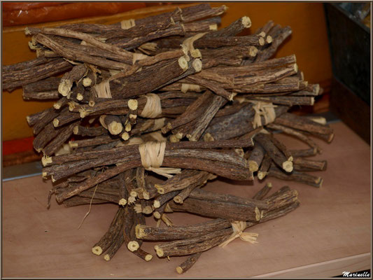 Batons de réglisse sur étal épices, Fête au Fromage, Hera deu Hromatge, à Laruns en Vallée d'Ossau (64)